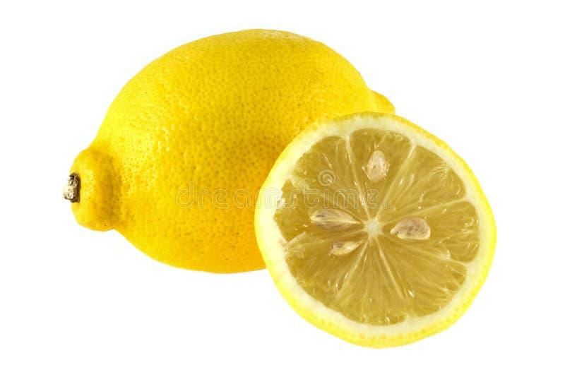 Groep rijpe gehele gele die citroencitrusvruchten met citroenfruit half op witte achtergrond met het knippen van weg wordt ge?sol stock fotografie