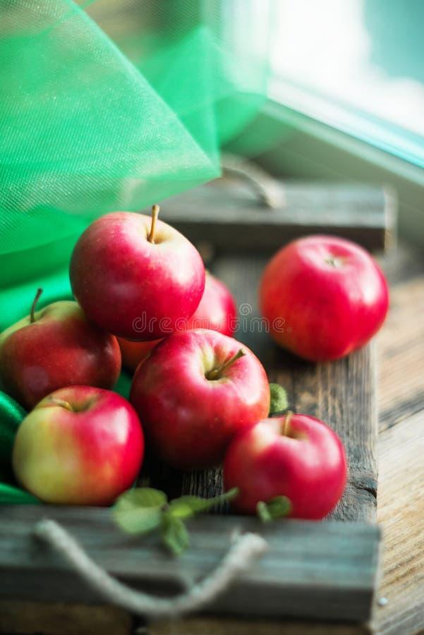 groep rode appelen op houten natuurlijke achtergrond, vers natuurvoeding en vitaminenconcept in rustieke stijl royalty-vrije stock afbeelding