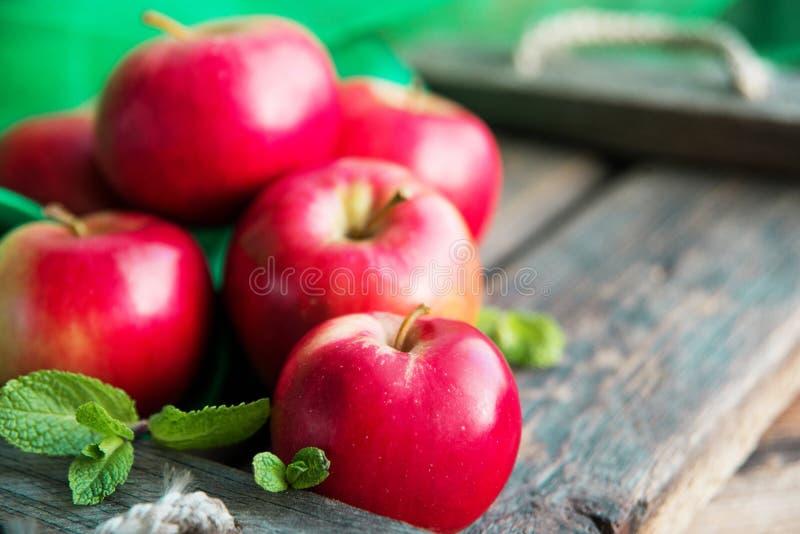 groep rode appelen op houten natuurlijke achtergrond, vers natuurvoeding en vitaminenconcept in rustieke stijl stock foto's