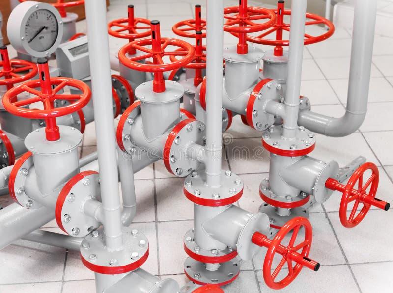 Groep rode industriële kleppen op pijpleidingen royalty-vrije stock foto