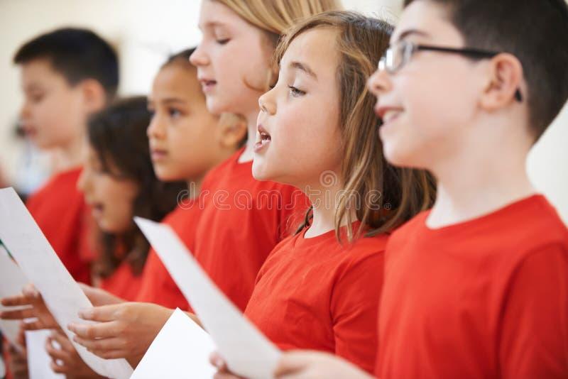 Groep Schoolkinderen die in Koor samen zingen stock fotografie