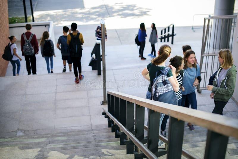 Groep schoolvrienden die onderaan trap lopen royalty-vrije stock foto