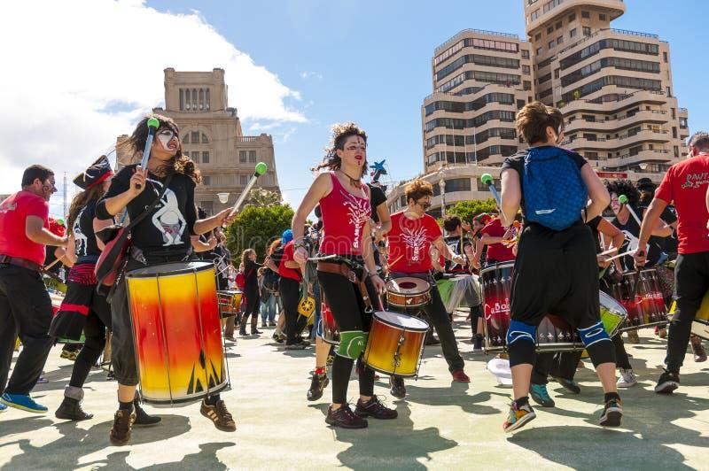 Groep slagwerkers op Carnaval 2015 in Tenerife royalty-vrije stock fotografie