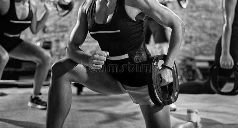 Groep sportieve mensen die training doen stock foto's