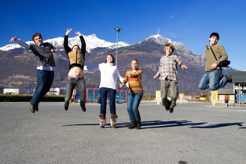 Groep springende mensen stock foto