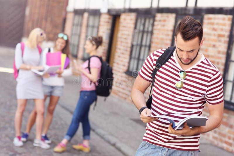 Groep studenten in de campus stock foto