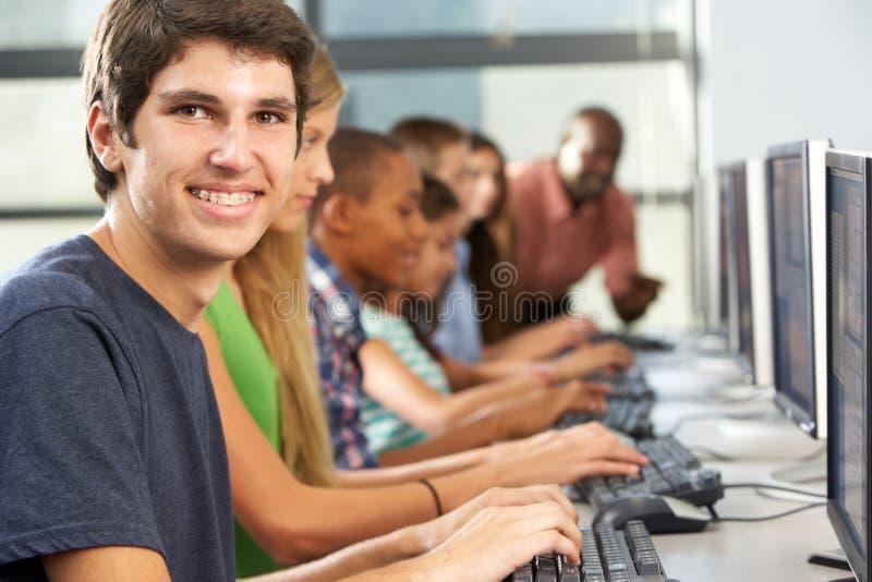 Groep Studenten die bij Computers in Klaslokaal werken royalty-vrije stock fotografie