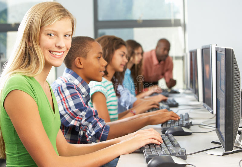 Groep Studenten die bij Computers in Klaslokaal werken royalty-vrije stock foto's