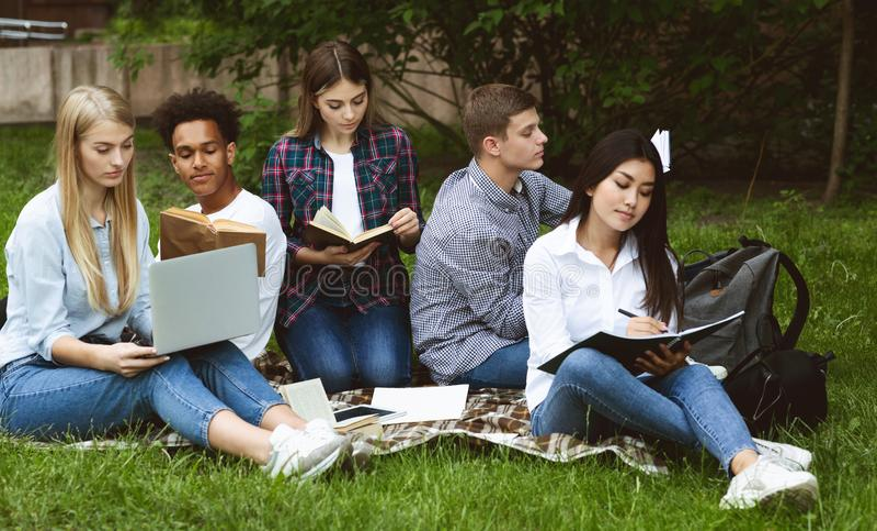 Groep studenten die in de universiteitscampus studeren, voorbereidingen treffen voor klassen royalty-vrije stock foto