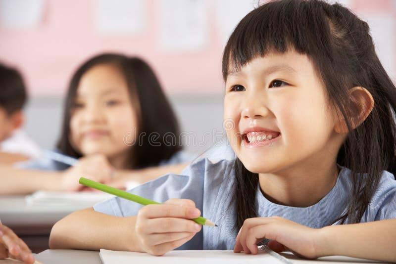 Groep Studenten die in een Chinese School werken stock foto