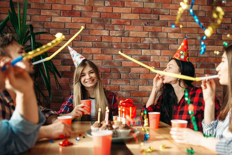 Groep studenten die levering van zitting vieren royalty-vrije stock afbeelding