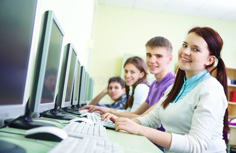 Groep studenten die met computer bestuderen royalty-vrije stock afbeeldingen