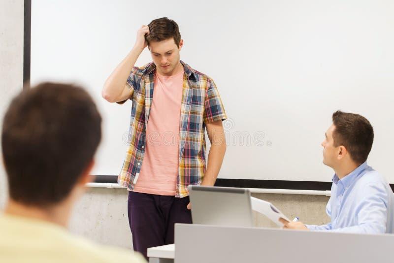 Groep studenten en leraar met blocnote stock fotografie
