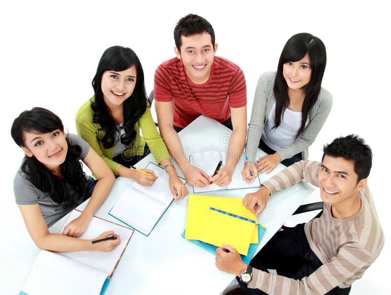 Groep studenten het bestuderen royalty-vrije stock afbeeldingen