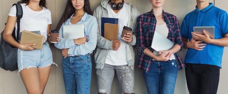 Groep studenten met boeken, gadgets en rugzakken royalty-vrije stock afbeeldingen