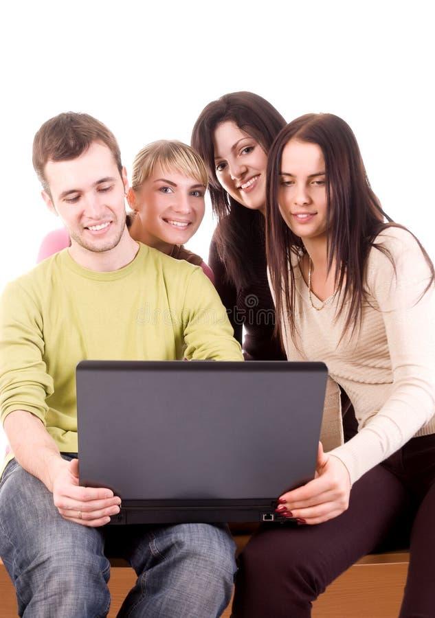Groep studenten met laptop op wit royalty-vrije stock fotografie