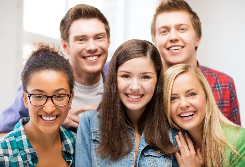 Groep studenten op school stock afbeelding