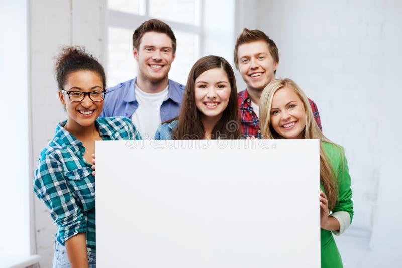 Groep studenten op school met lege raad stock foto