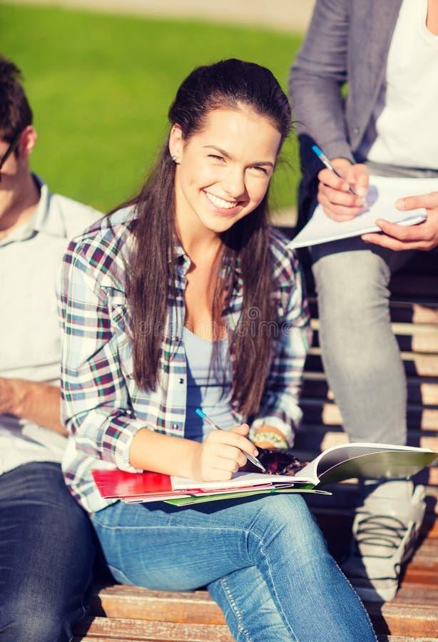 Groep studenten of tieners die uit hangen stock afbeeldingen
