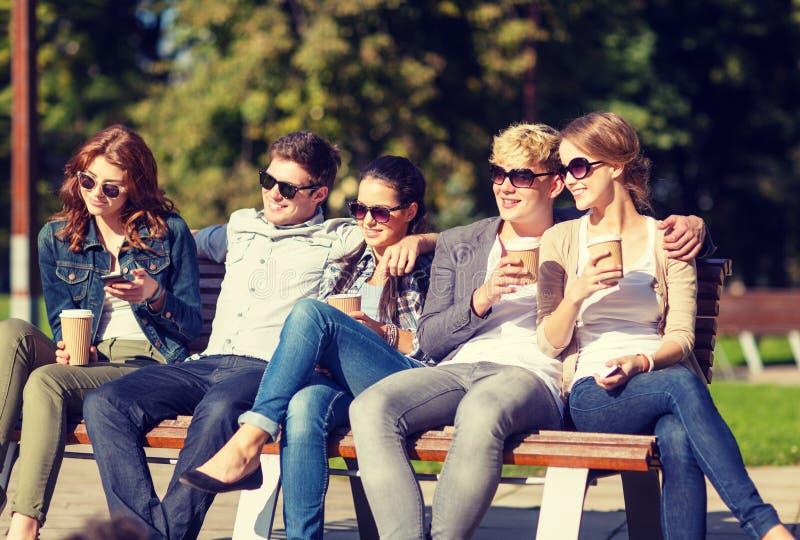 Groep studenten of tieners die uit hangen stock foto's