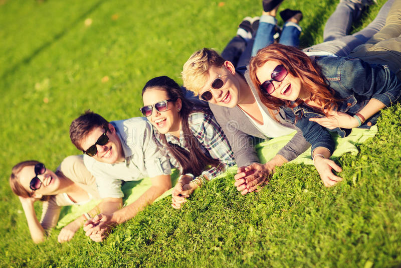 Groep studenten of tieners die uit hangen royalty-vrije stock foto's