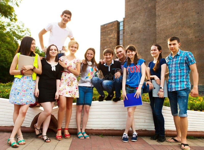 Groep studenten of tieners met notitieboekjes in openlucht royalty-vrije stock afbeelding