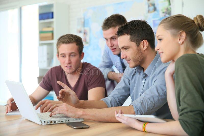Groep studenten tijdens bedrijfs opleiding stock foto