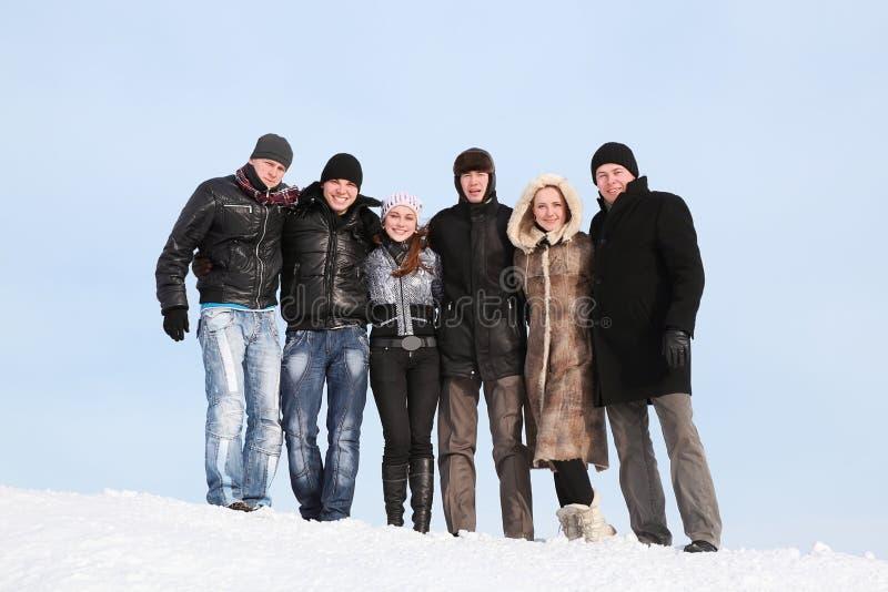 Groep studententribune samen op sneeuw in de winter royalty-vrije stock afbeelding