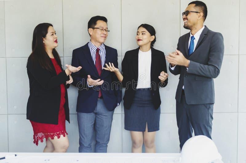 Groep succesvolle bedrijfs gelukkige mensen stock foto's