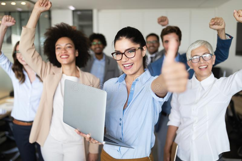 Groep succesvolle bedrijfsmensen in bureau stock afbeelding