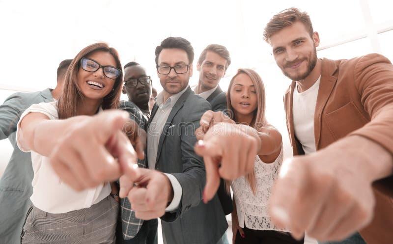 Groep succesvolle bedrijfsmensen die op u richten stock foto