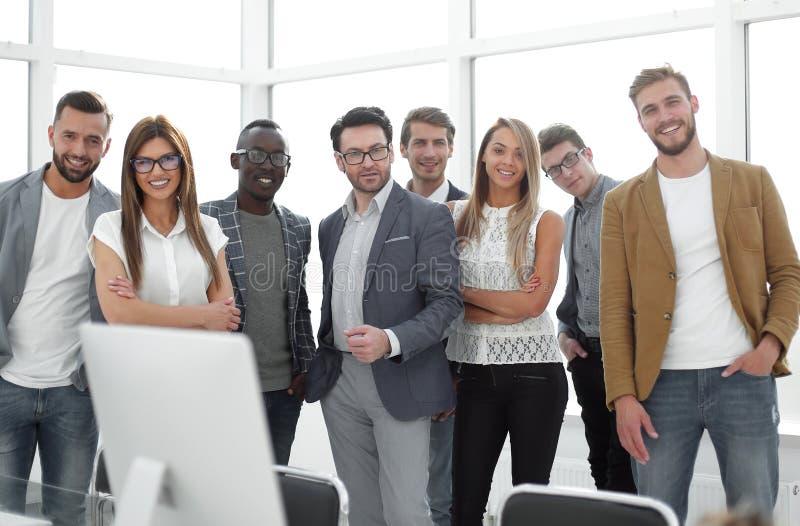 Groep succesvolle bedrijfsmensen die zich in het bureau bevinden royalty-vrije stock foto's