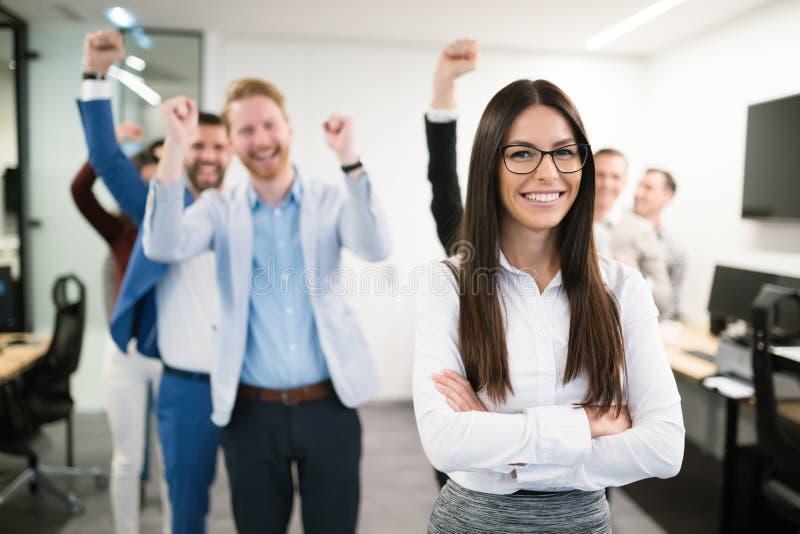 Groep succesvolle bedrijfsmensen gelukkig in bureau royalty-vrije stock afbeeldingen