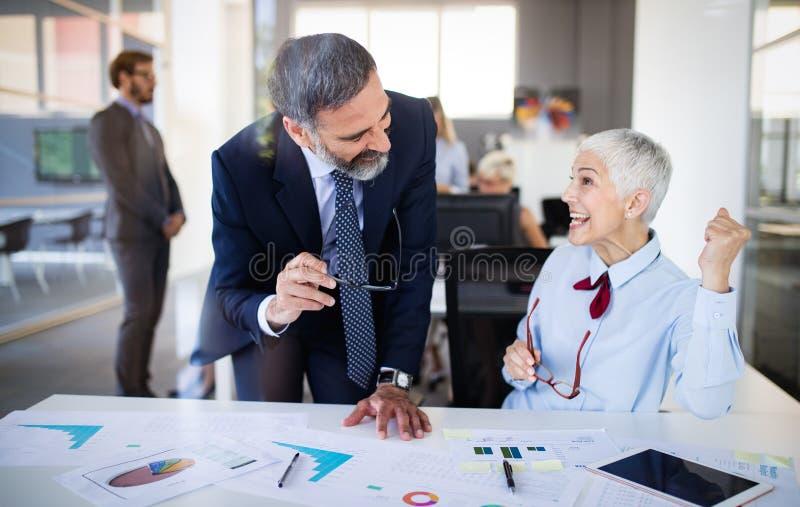 Groep succesvolle bedrijfsmensen gelukkig in bureau stock afbeeldingen