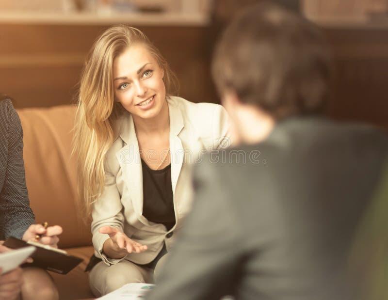 groep succesvolle zakenlieden Bespreking van belangrijke transacties in het bureau met partners stock foto's