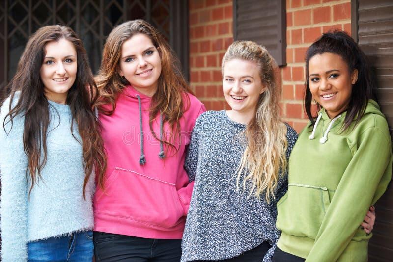 Groep Tiener Vrouwelijke Vrienden in het Stedelijke Plaatsen stock foto