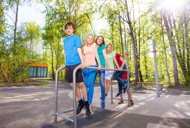 Groep tienerjaren die en bij het brachiating houden hangen royalty-vrije stock foto