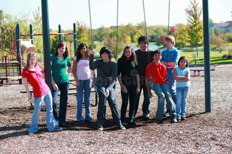 Groep tienerjaren op swingset royalty-vrije stock foto