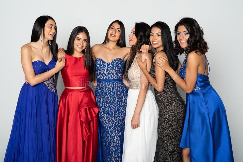 Groep Tienermeisjes die naar Prom-Dans gaan royalty-vrije stock foto