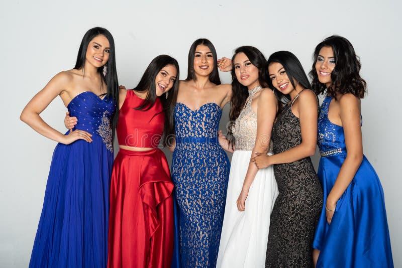 Groep Tienermeisjes die naar Prom-Dans gaan stock foto's