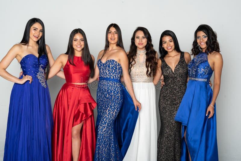 Groep Tienermeisjes die naar Prom-Dans gaan royalty-vrije stock afbeeldingen