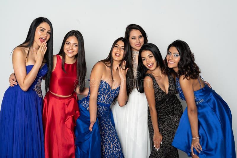 Groep Tienermeisjes die naar Prom-Dans gaan stock fotografie
