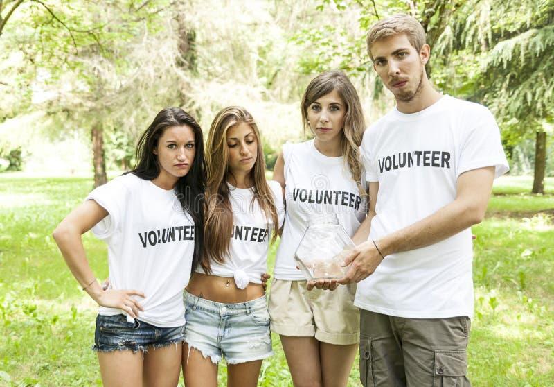 Groep tieners aanmelden die die door om het even welke schenking wordt teleurgesteld stock afbeelding