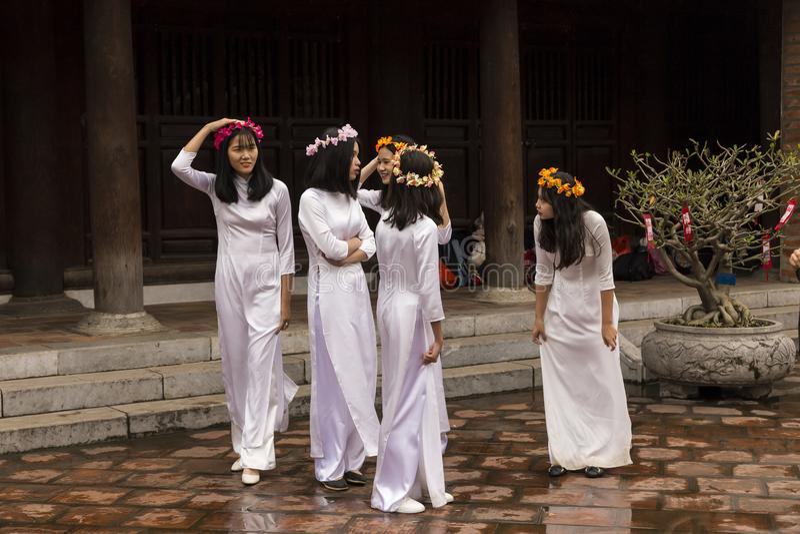 Groep tieners in de Tempel van Literatuur in Hanoi, Vietnam royalty-vrije stock fotografie