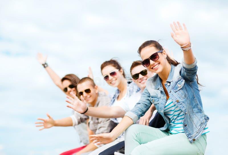 Groep tieners die handen golven stock foto