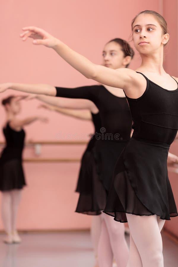 Groep tieners die klassiek ballet uitoefenen royalty-vrije stock fotografie