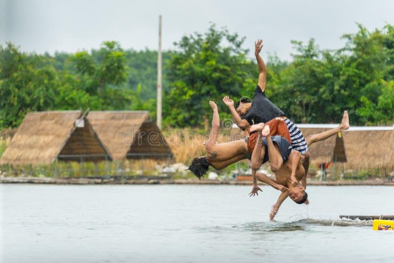 Groep tieners die in water in rivier duiken stock afbeeldingen