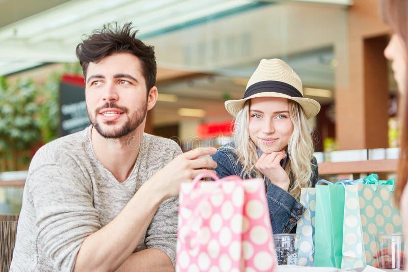 Groep tieners in een het winkelen onderbreking royalty-vrije stock afbeeldingen