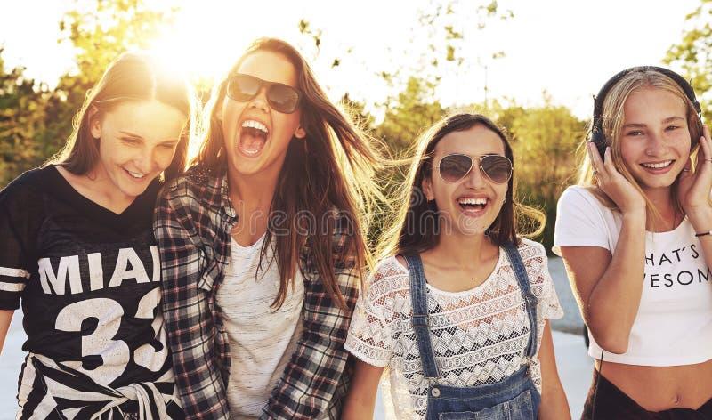 Groep tieners het lachen royalty-vrije stock afbeelding
