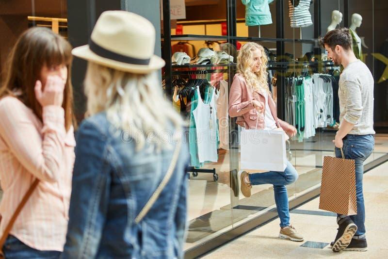 Groep tieners in het winkelcomplex royalty-vrije stock afbeeldingen